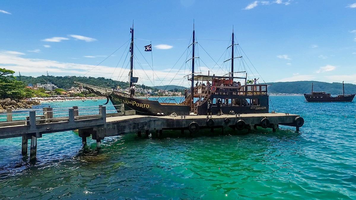 image2-2 Passeio de barco em Bombinhas? Conheça os barcos piratas