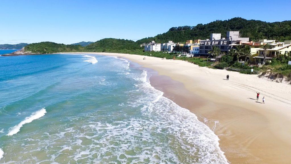 image3-1-1024x576 Quais as melhores praias de Bombinhas para praticar esportes