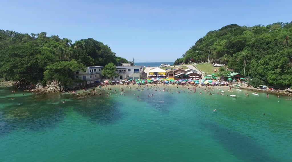 image4-1024x571 Três praias de Bombinhas tranquilas - Para curtir com a família